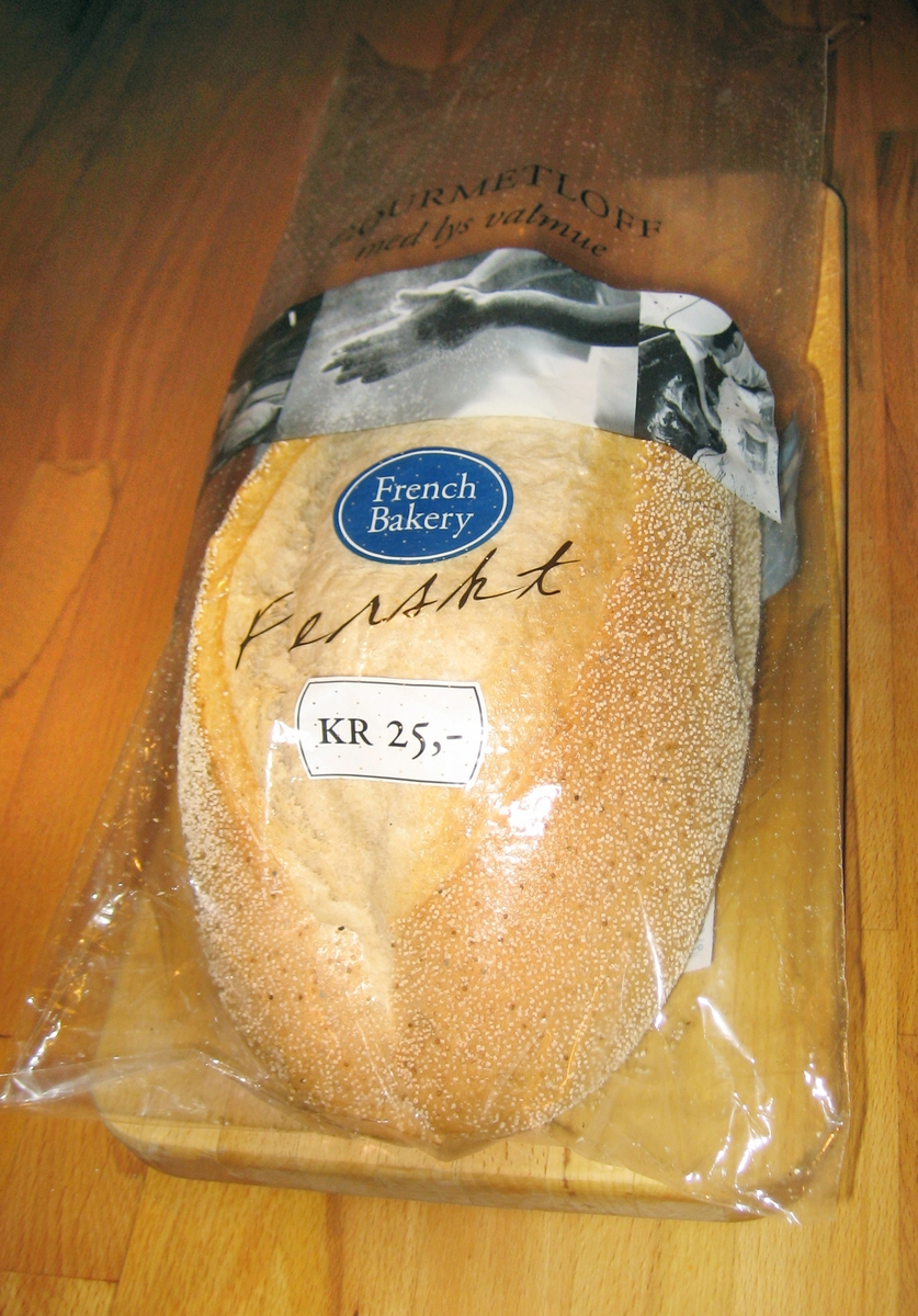 Det er to motiv i sort/hvit på posens forside. Første motiv: En baker kjører et brødstativ etter seg. På brødstativet er ligger brød satt til heving. Andre motiv: En baker tar opp ingredienser som skal i brødene. Bak på posen er et norsk flagg.