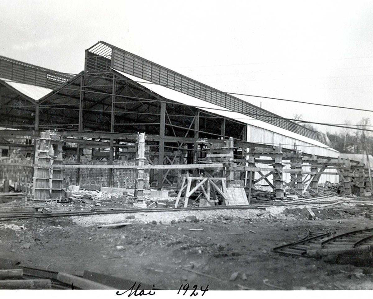 """""""xx/05-1924"""" Nitriden. Bygning for steking av elektrodekull. Skinnegang, """"høybanen"""", sees i forgrunnen."""