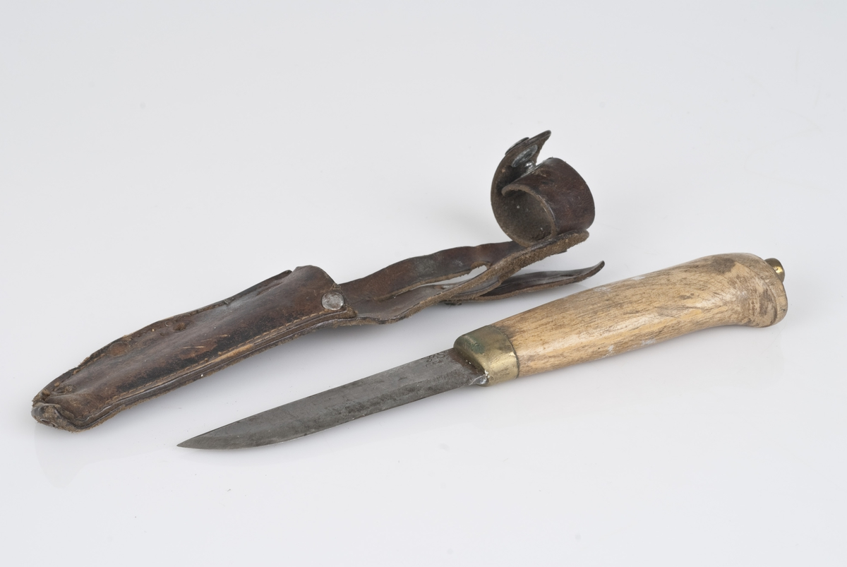 Knivblad av metall, skaft av tre. Slire av lær.