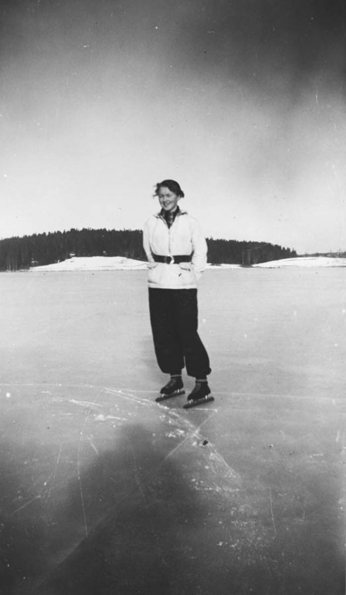 Anne Ødegård på skøyter på Midtsjøvannet.