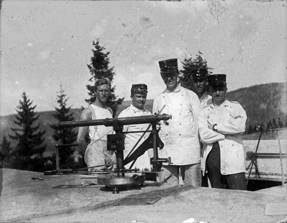 Fem soldater(signalister). Seiersten fort.