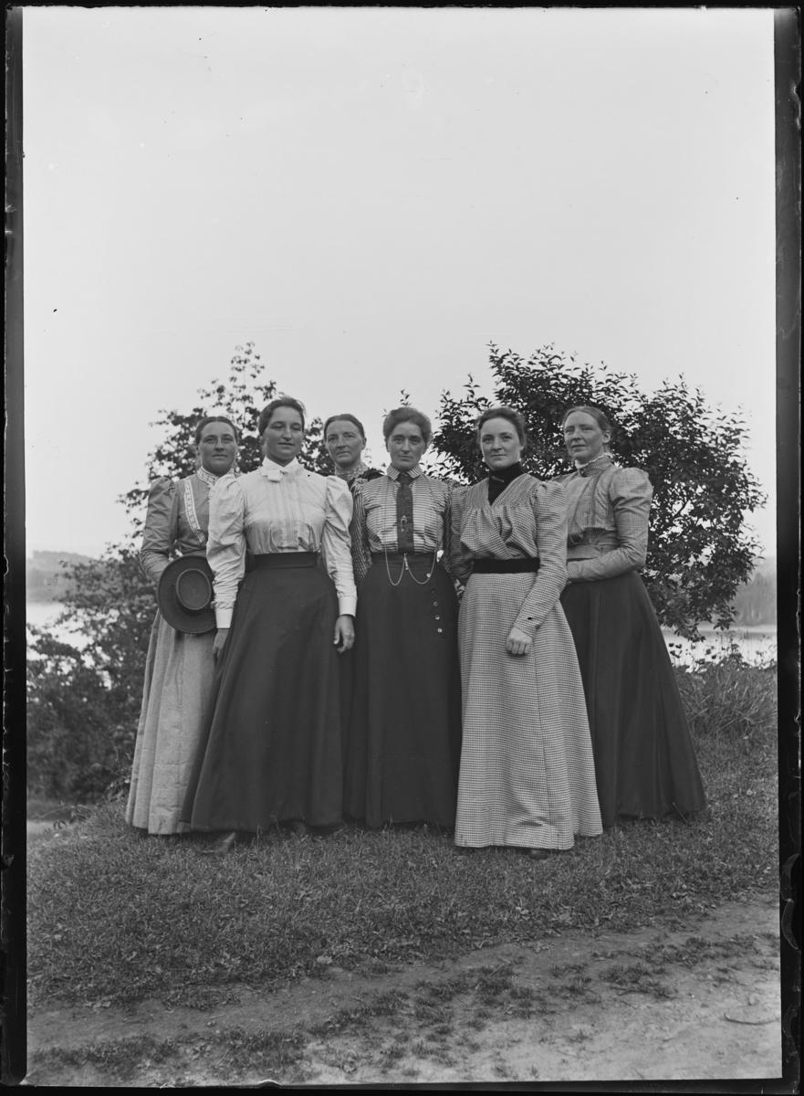 Gruppebilde av damer på Tveter gård, Asker