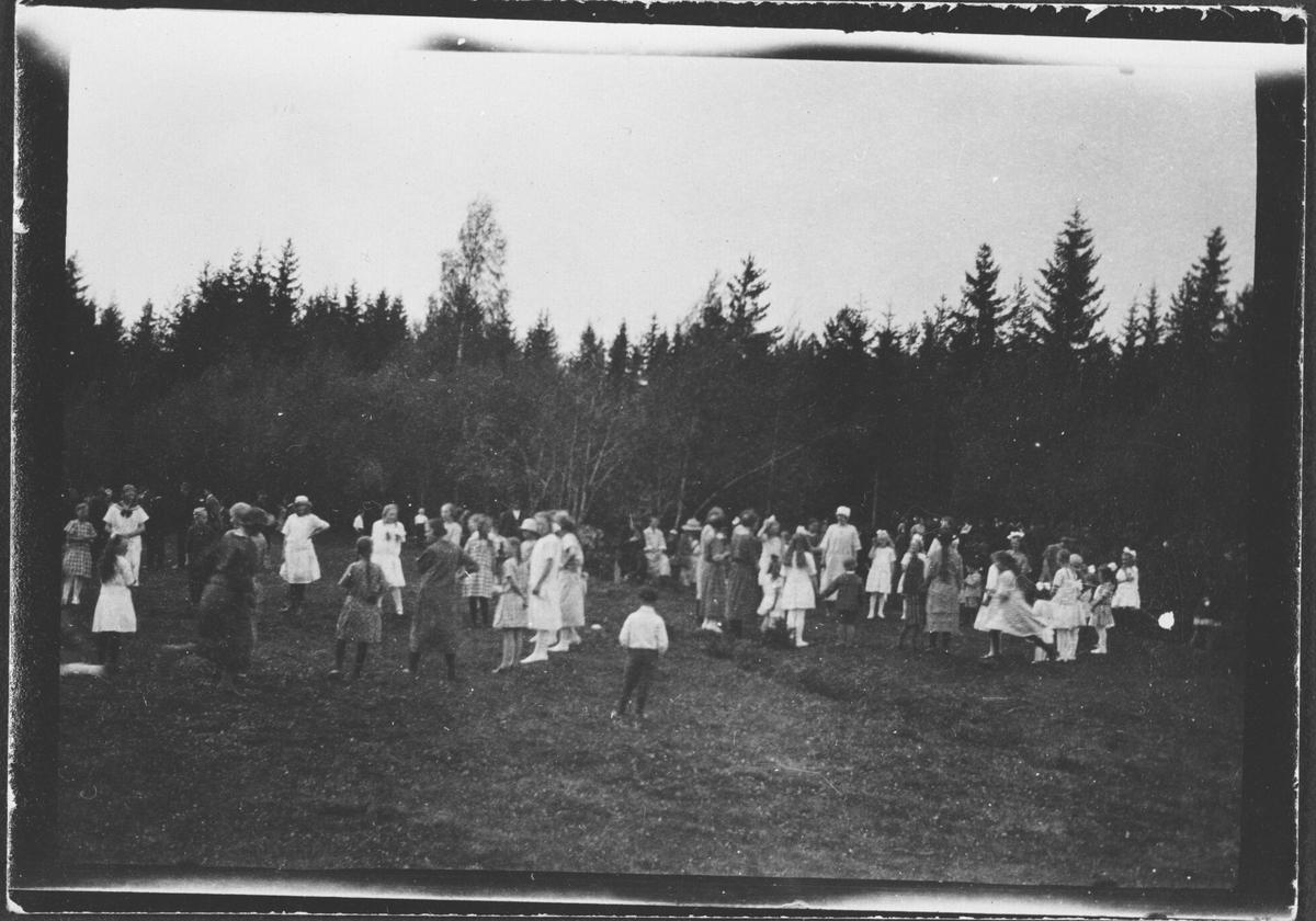Mange barn som leker på gresseplen