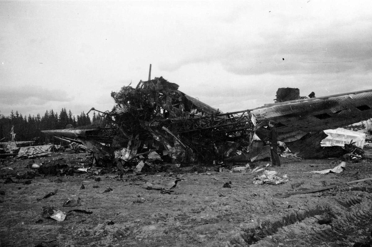 Krigsfly-kirkegård. Tysk flyvrak, trolig et Junkers Ju 52/3m transportfly.