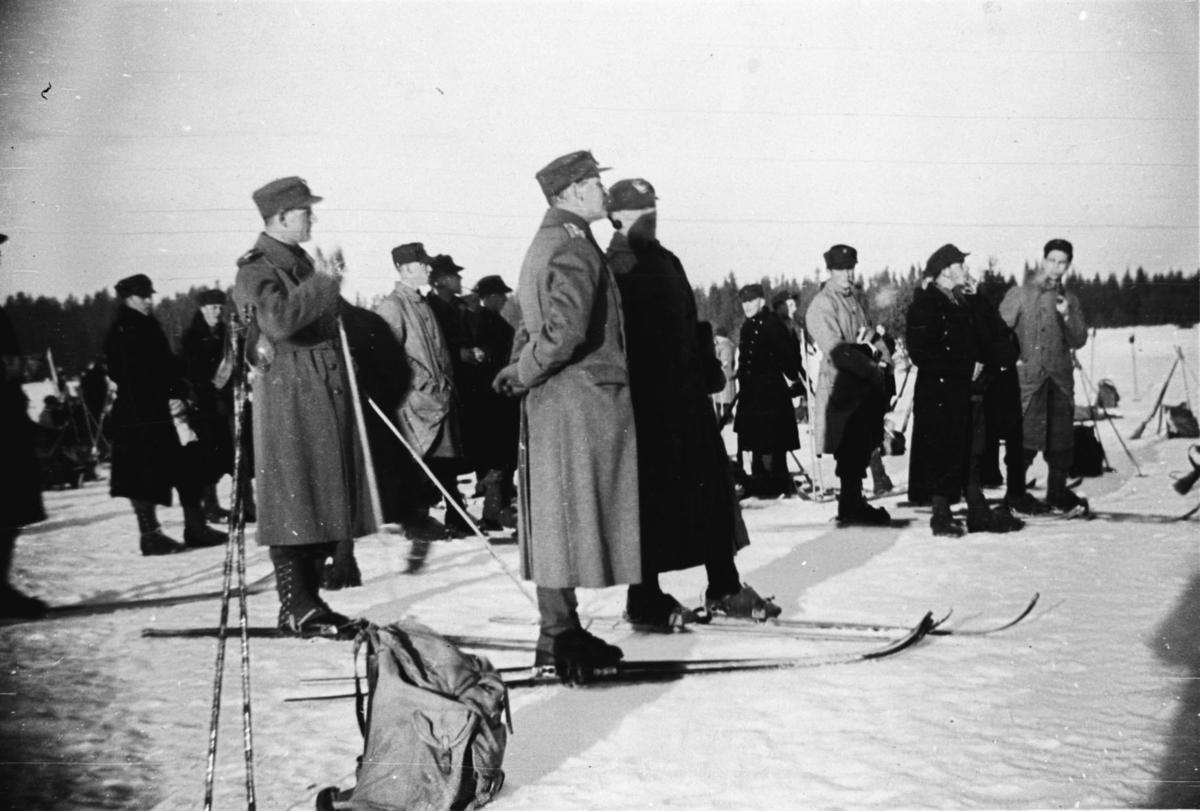 Kronprins Olav på ski under en øvelse på Trandum