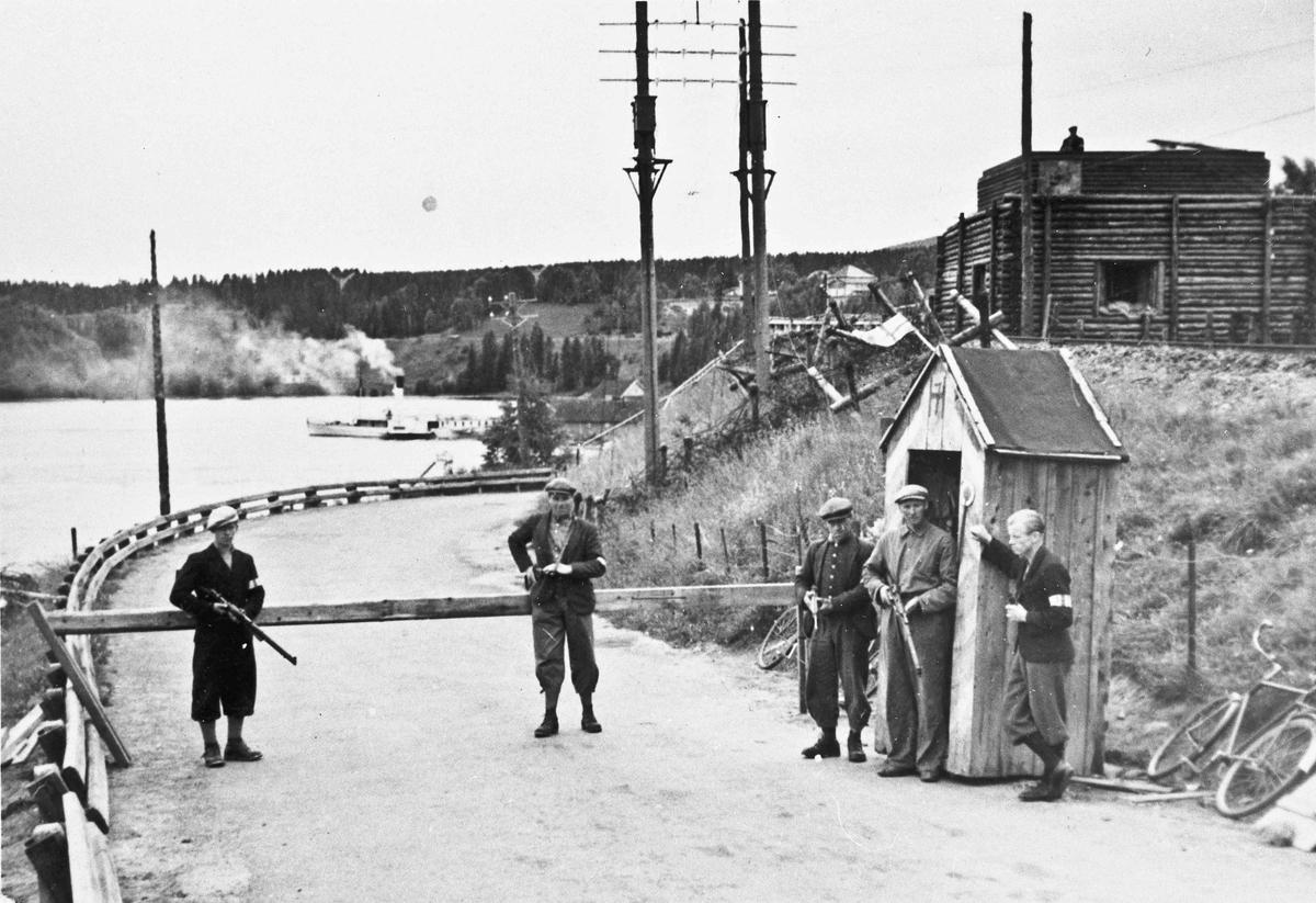 HS - folk fra Langset på vakt. På østsiden like ved Minnebrua. Blokkhus til høyre.