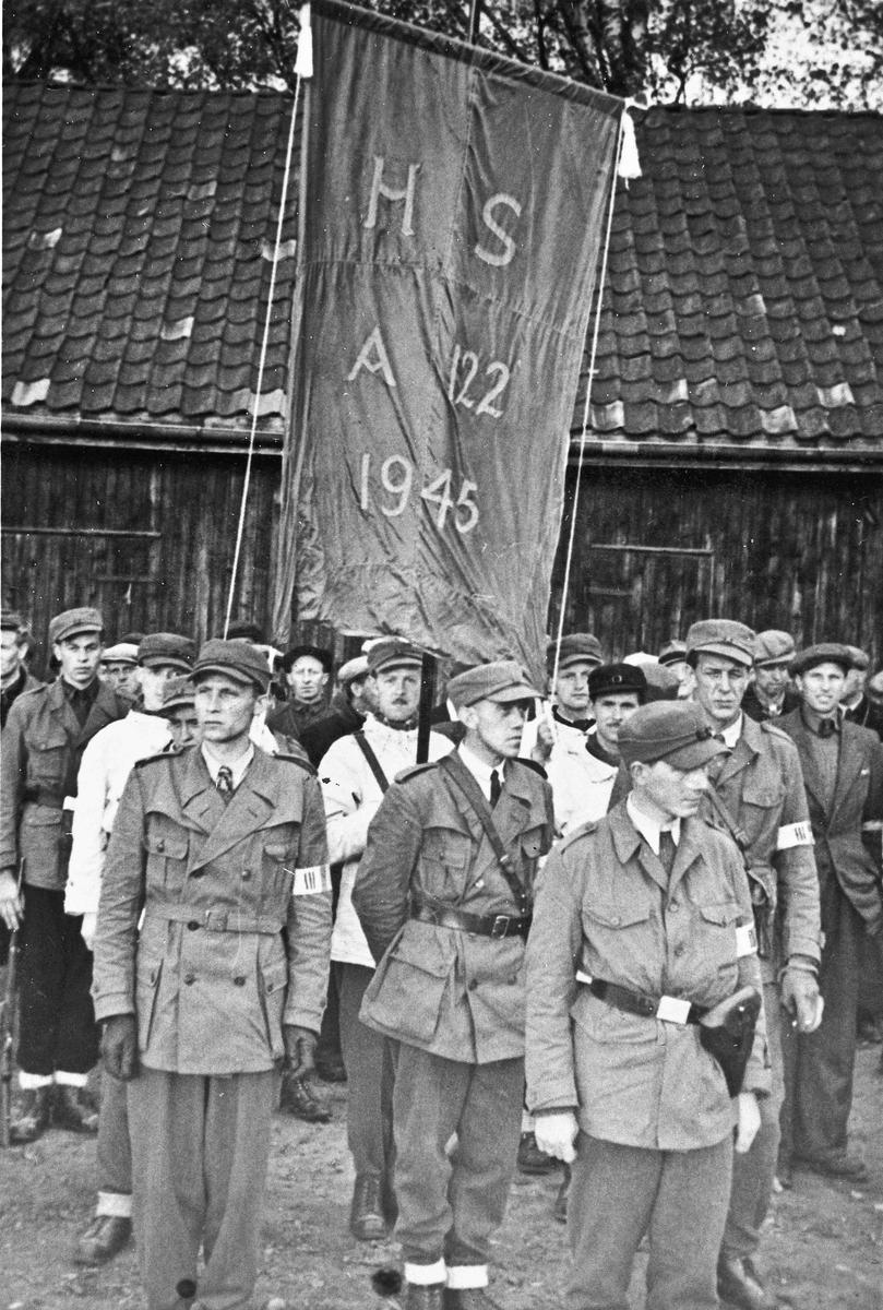 """""""HS Avsnitt 122 1945"""" står på fanen."""