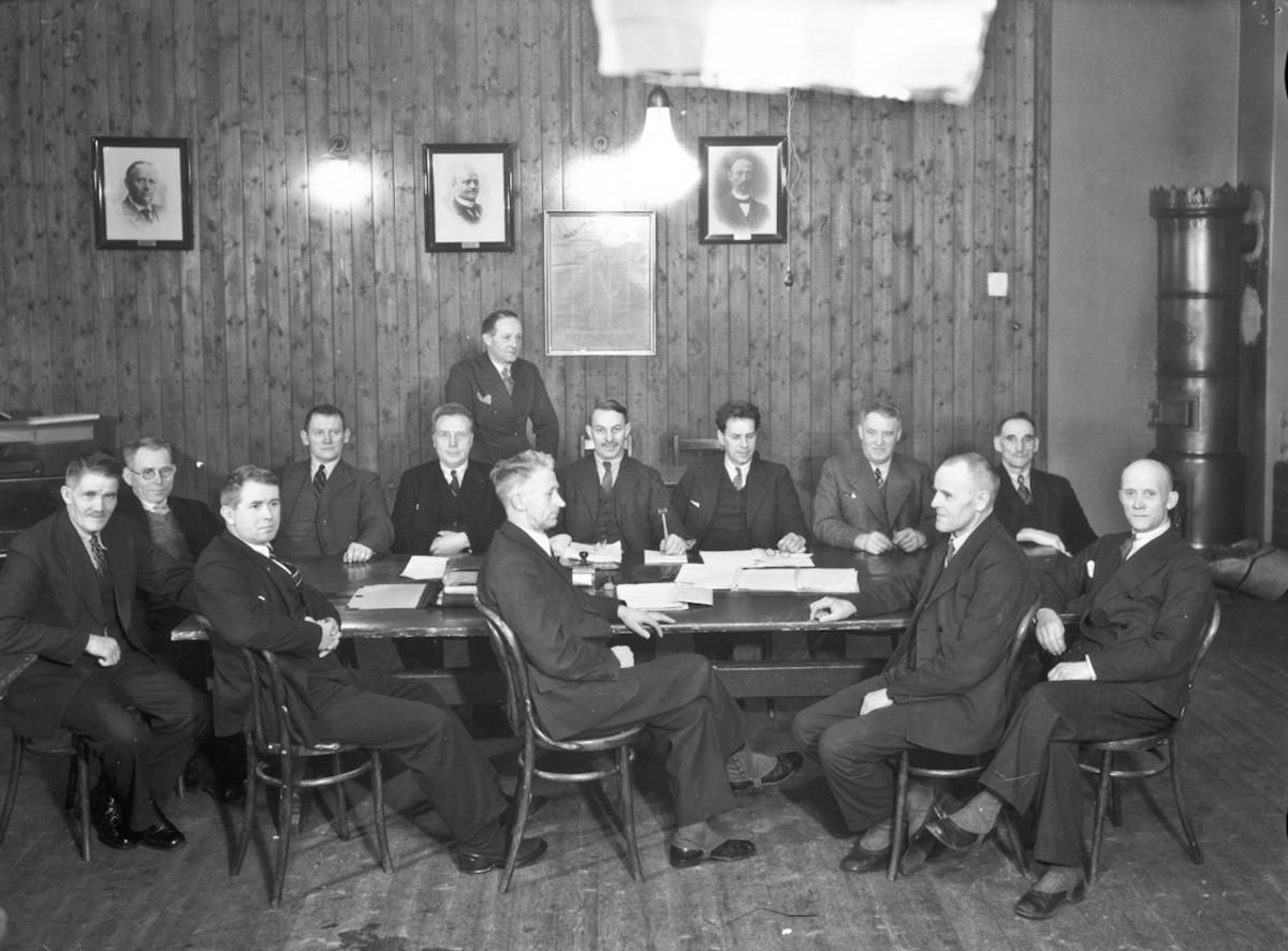 Forsamling menn. Sannsynligvis politikere i Badet. Bilder av gamle ordførere i Eidsvoll på veggen.