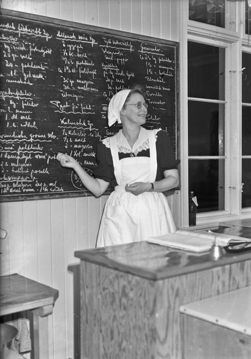 Undervisning. Sannsynligvis Husmorskole.  Oppskrifter på Hollandsk saus, Fylt kakerull, Grønnsaker m.m..