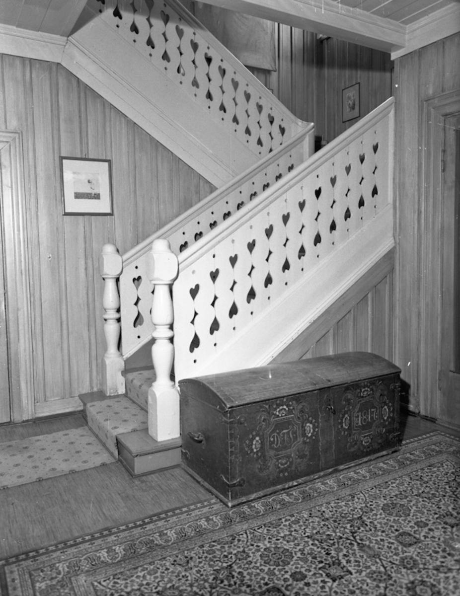 """Entre med trapp og kiste. . """"DTS 1817"""" står på kista."""