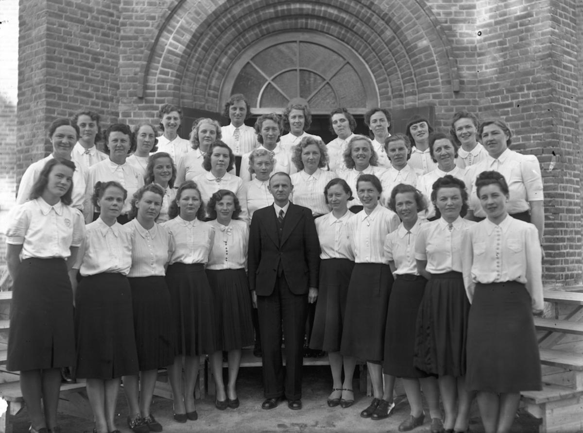 Gruppe kvinner utenfor en kirke.