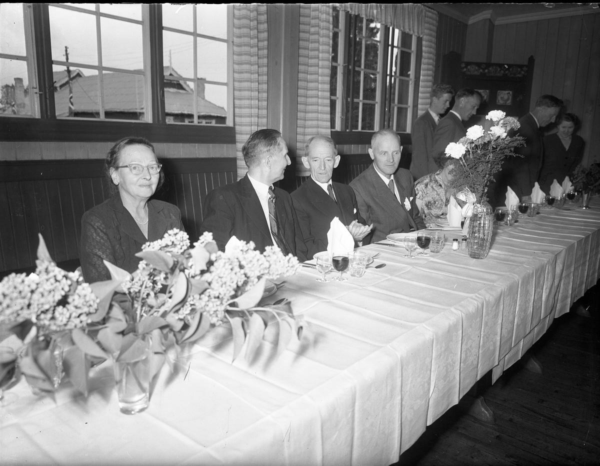 Fra Eidsvoll Bygdeutstilling i 1955.  Festlig sammenkomst. Martin Johansen og Jens Røkholt ved bordet.