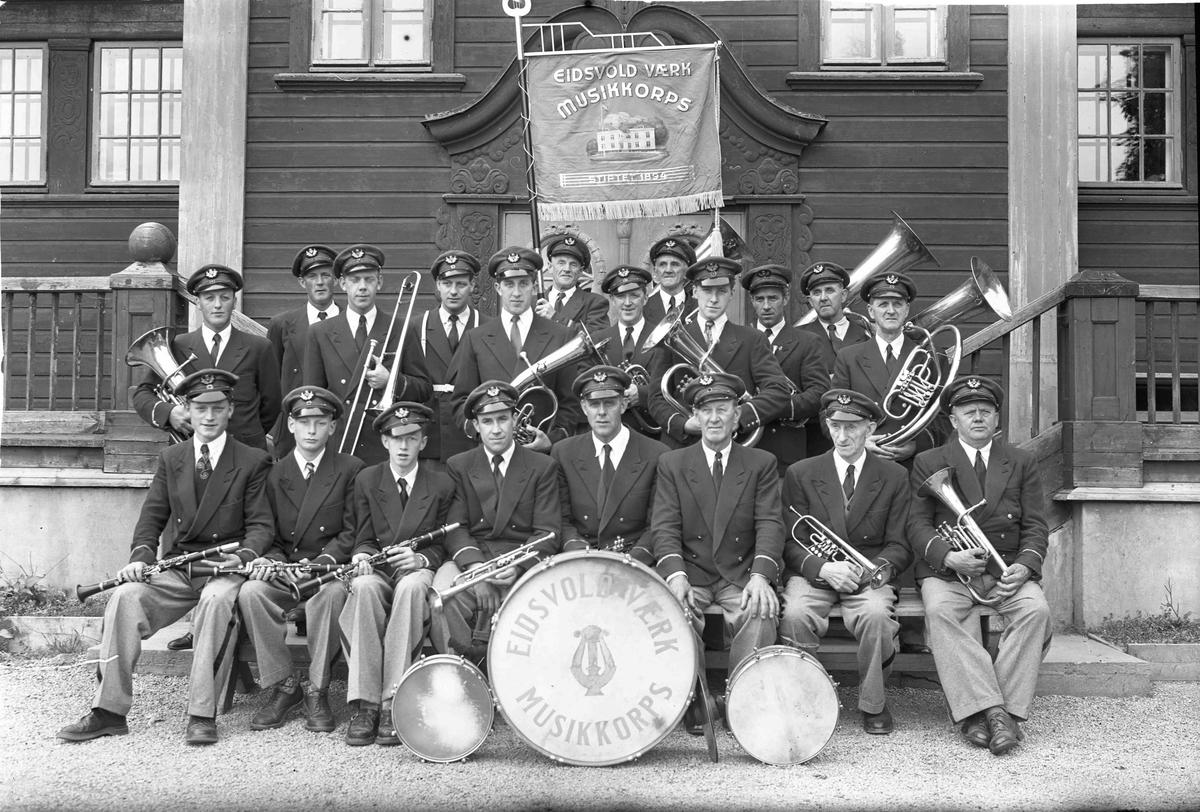 Eidsvoll Verk Musikkorps utenfor Festiviteten