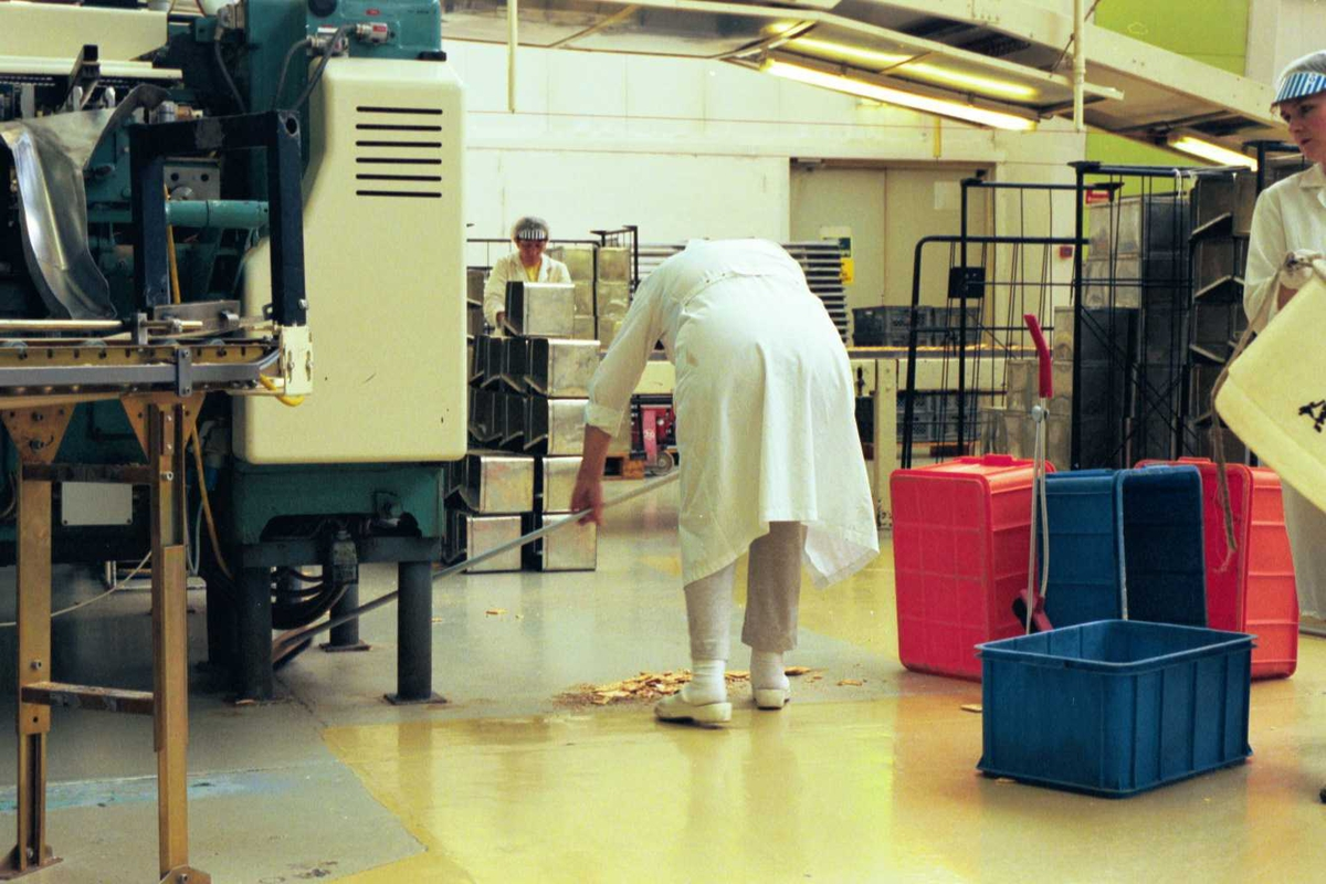 Fabrikkmiljø, arbeidsmiljø, arbeider, kvinne, renhold, maskiner