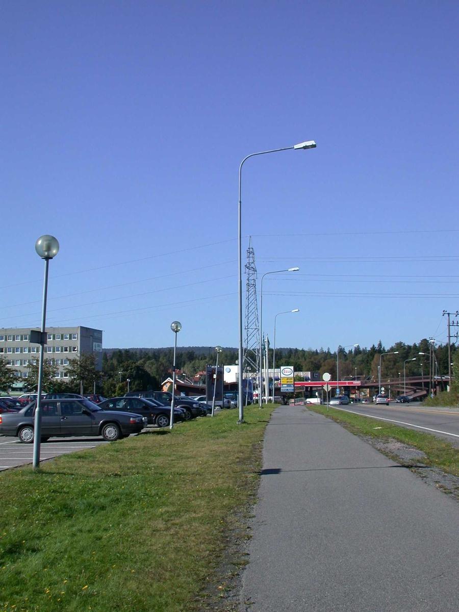 Lyktestolper og master ved parkeringsplassen foran Metrobygget Fotovinkel:V
