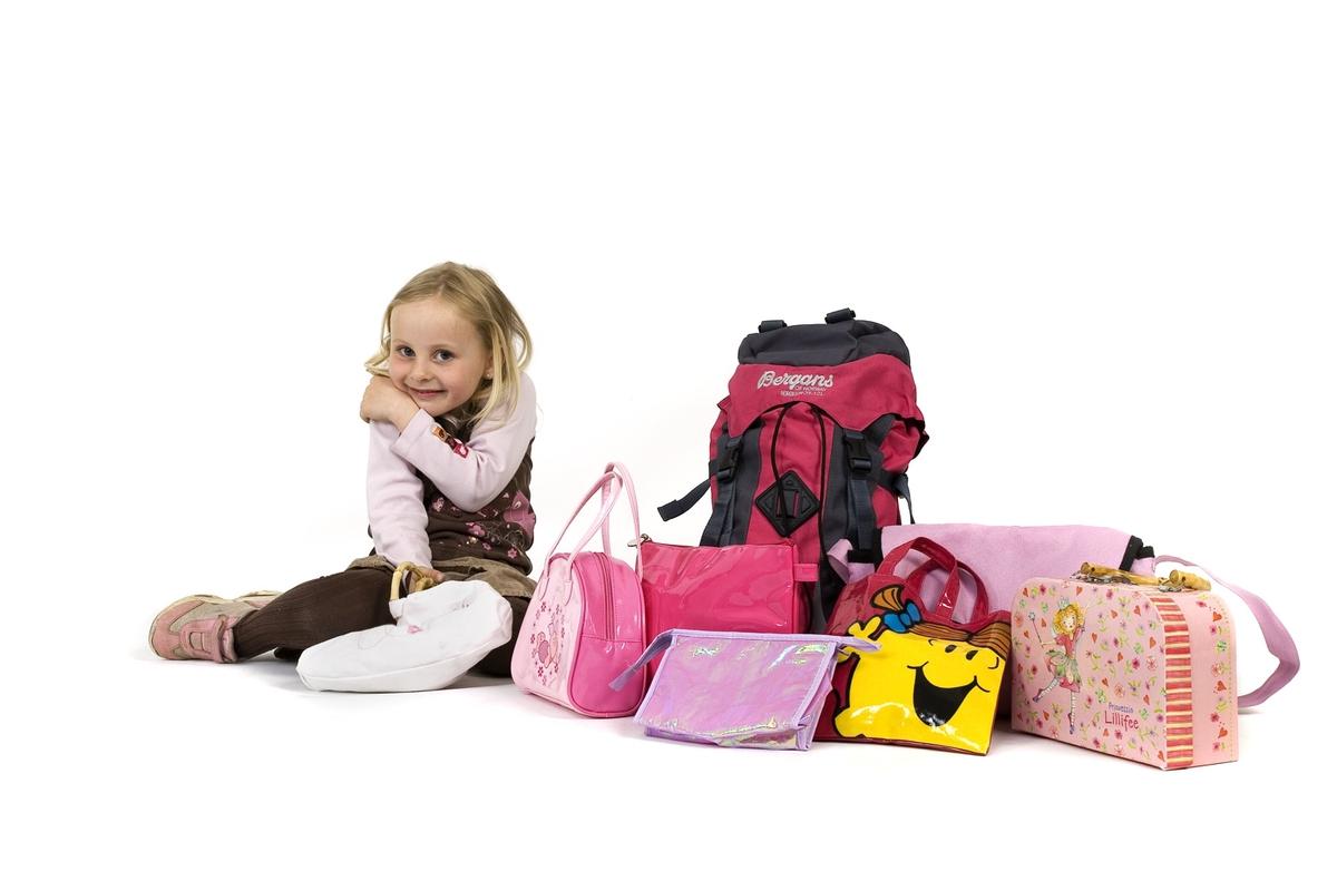 Vesker. Intervjuperson - familie med to små barn - jente med alle veskene sine. Studiobilde i forbindelse med samtidsdokumentasjonsprosjekt - Veskeprosjektet 2006.