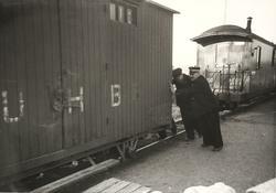 Godsvogn skiftes med håndmakt på Hemnes stasjon.