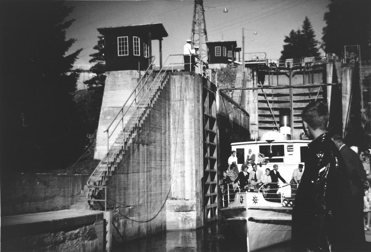 D/S Turisten i Brekke sluse, Nord-Europas høyeste sluseanlegg.