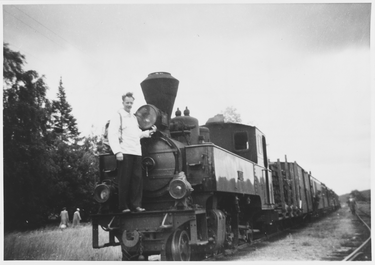 Ivar Lund på lok 7 Prydz. Toget avventer avgang fra Skulerud siste driftsdag.