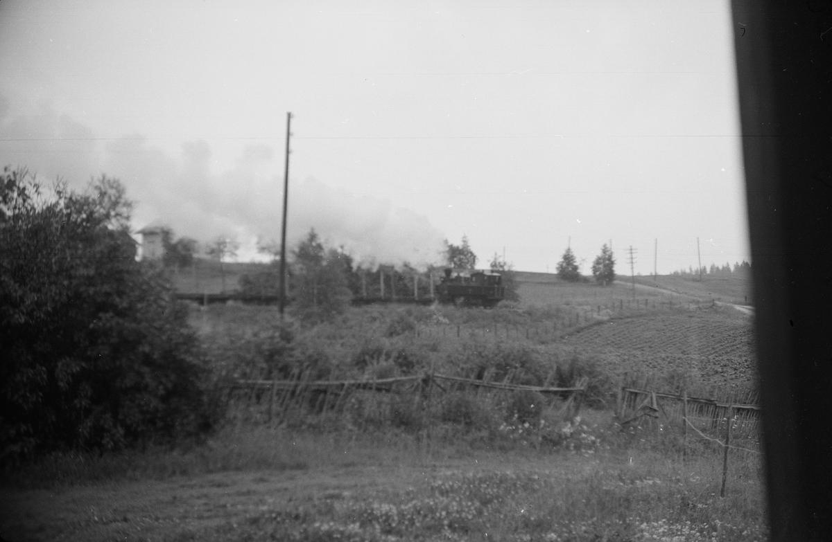 Tog 2075 retning Skulerud i øvre del av Harkerudbakken