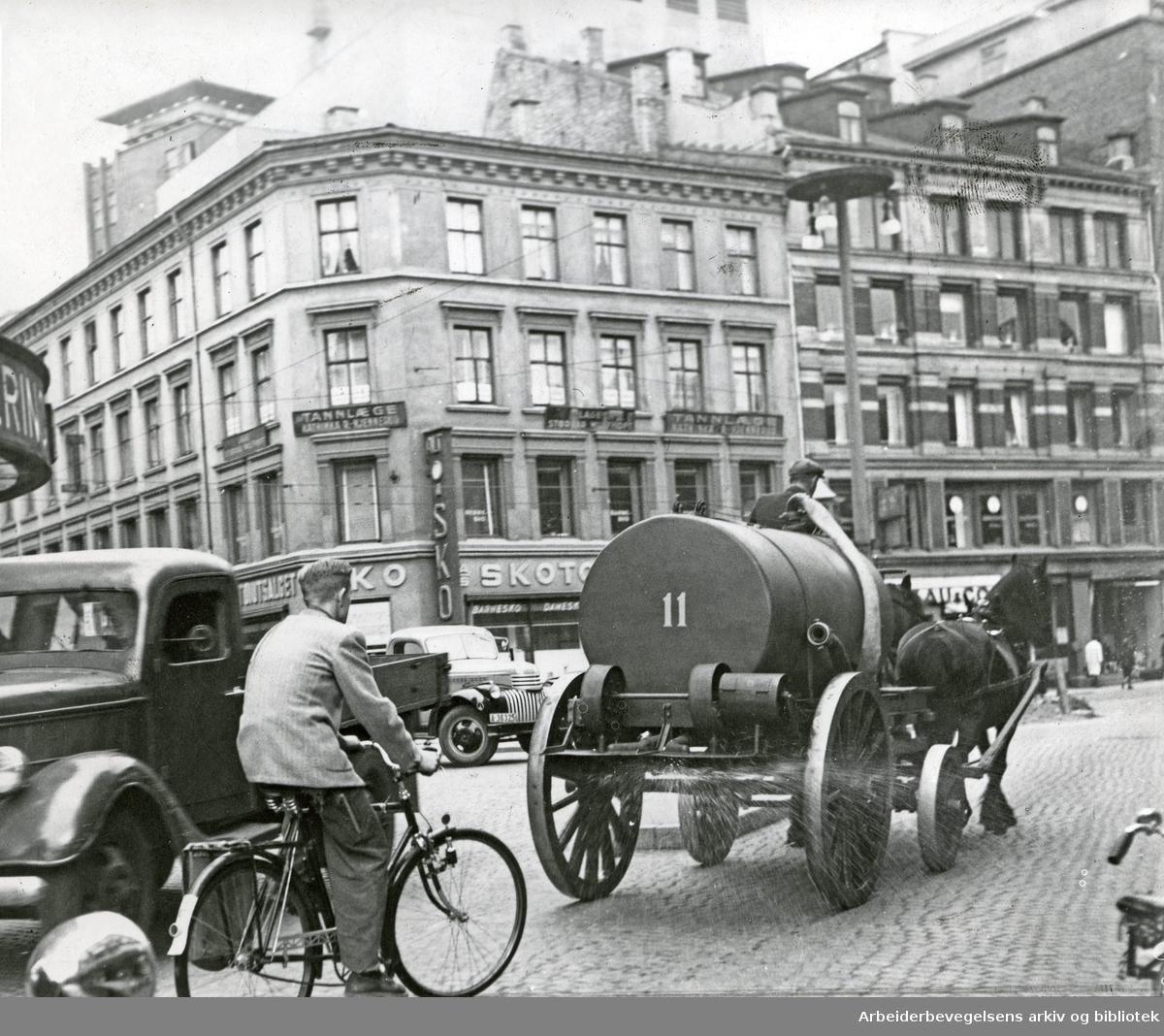 Oslo veivesens sprøytevogn i Storgata,.september 1949