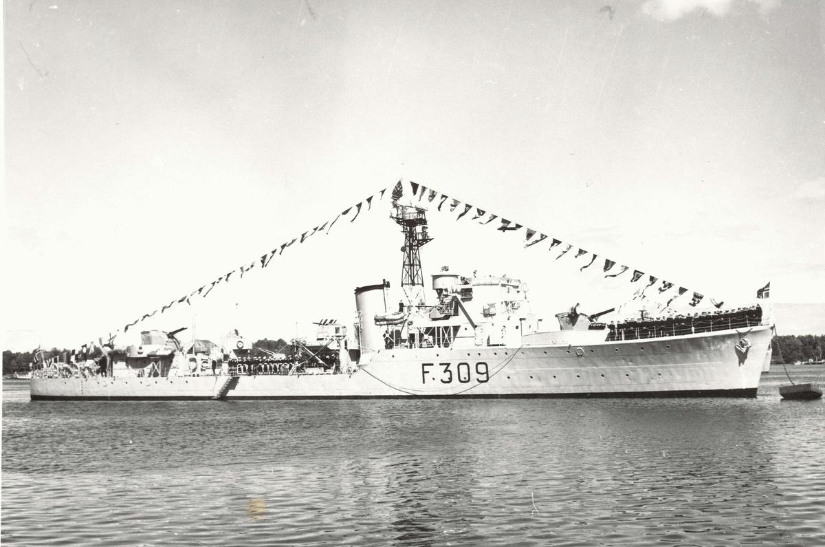 "Motiv: Jageren KNM ""Narvik"" (F309)Styrbord bredside Stor flagging"