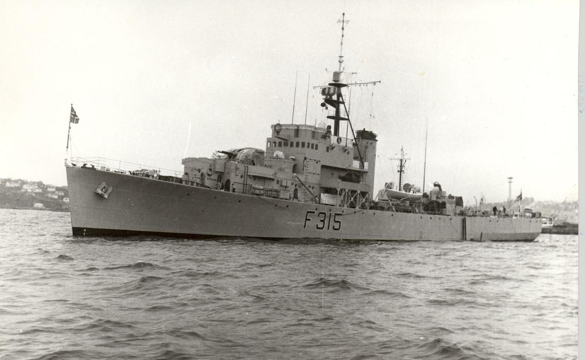 "Riverkl.- fregatt KNM ""Garm""."