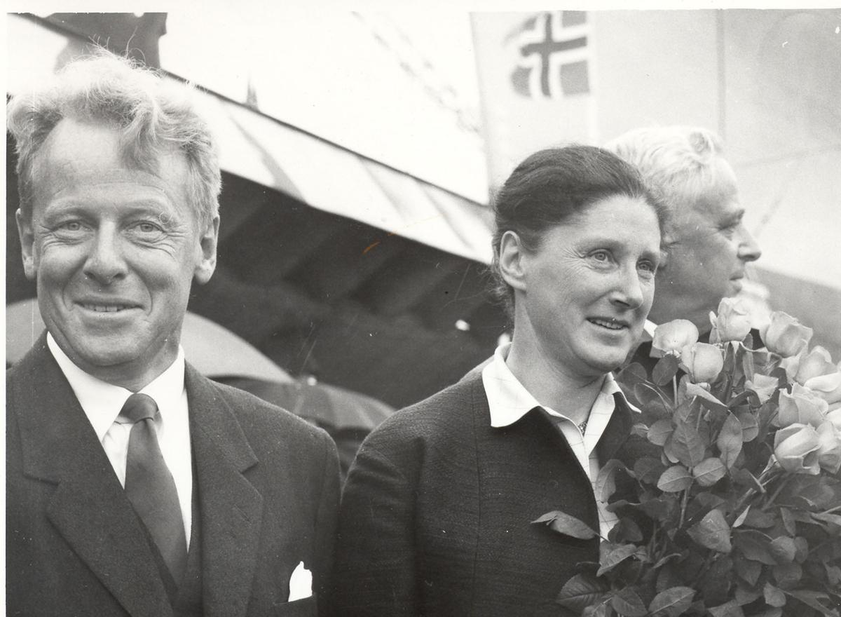 "Gudmor til Oslo-kl.fregatt KNM ""Bergen"", fru forsvarsminister I. Harlem. Ved hennes høyre side forsvarsminister G. Harlem."