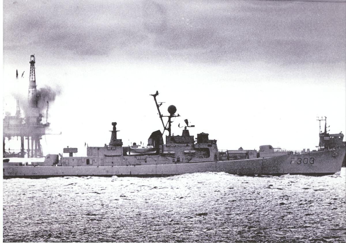 """Oslo-kl.fregatt KNM """"Stavanger"""". Ved Ekofisk, stb. side."""