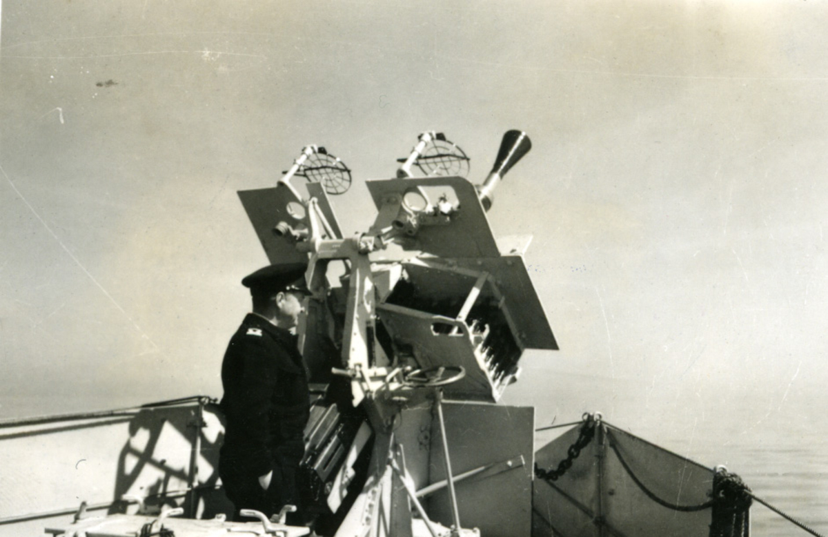 """Album Glaisdale H.Nor.M.S. """"Glaisdale"""". Fotograf: Knutdzon. En av kanonene på skipet."""