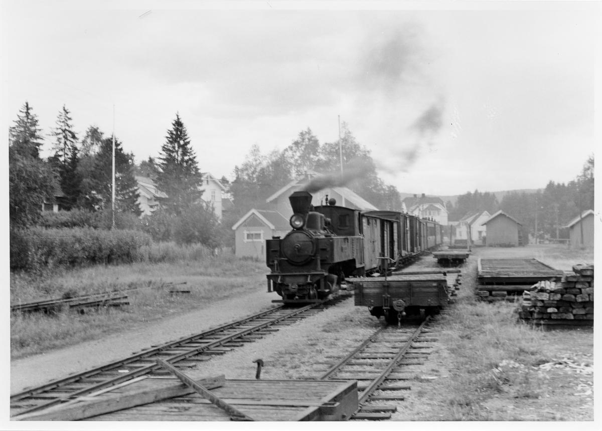 Lok 4 Setskogen avventer avgang fra Aurskog stasjon med tog retning Sørumsand. Diverse To-vogner står i spor 2.