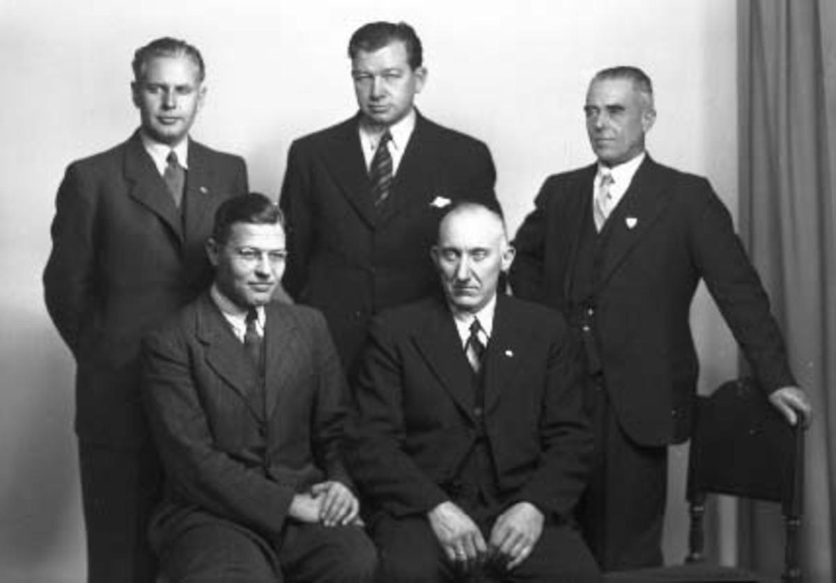 Styret i Hamar Håndverkerforening i 1945. Foran f. v. rørleggermester Gulbrand Willas Jensen, snekkermester Einar Helseth. Bak f. v. skreddermester Arne Lie, frisørmester Kåre Jensen, byggmester Sverre Kristiansen.