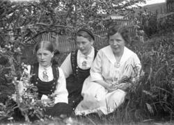 tre unge kvinner i hagen