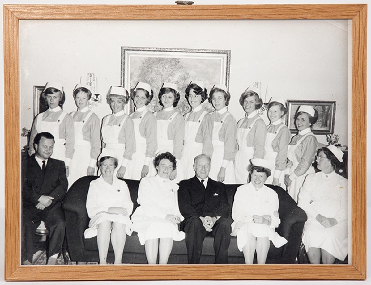 Gruppebilde. Eksamensfest for elevkullet 1963-64 ved Drøbak Syke- og fødestue.