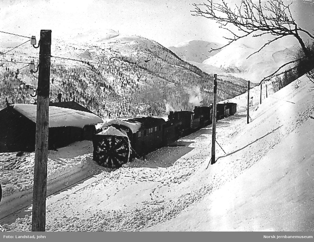 Roterende snøplog skjøvet av tre damplokomotiver på Mjølfjell stasjon