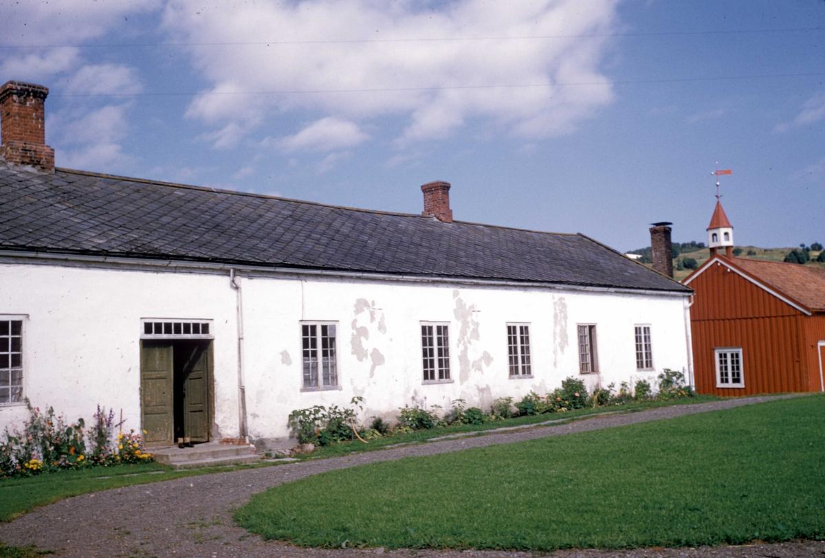 Sundnes gård i Nord-Trøndelag.To av bygningene.