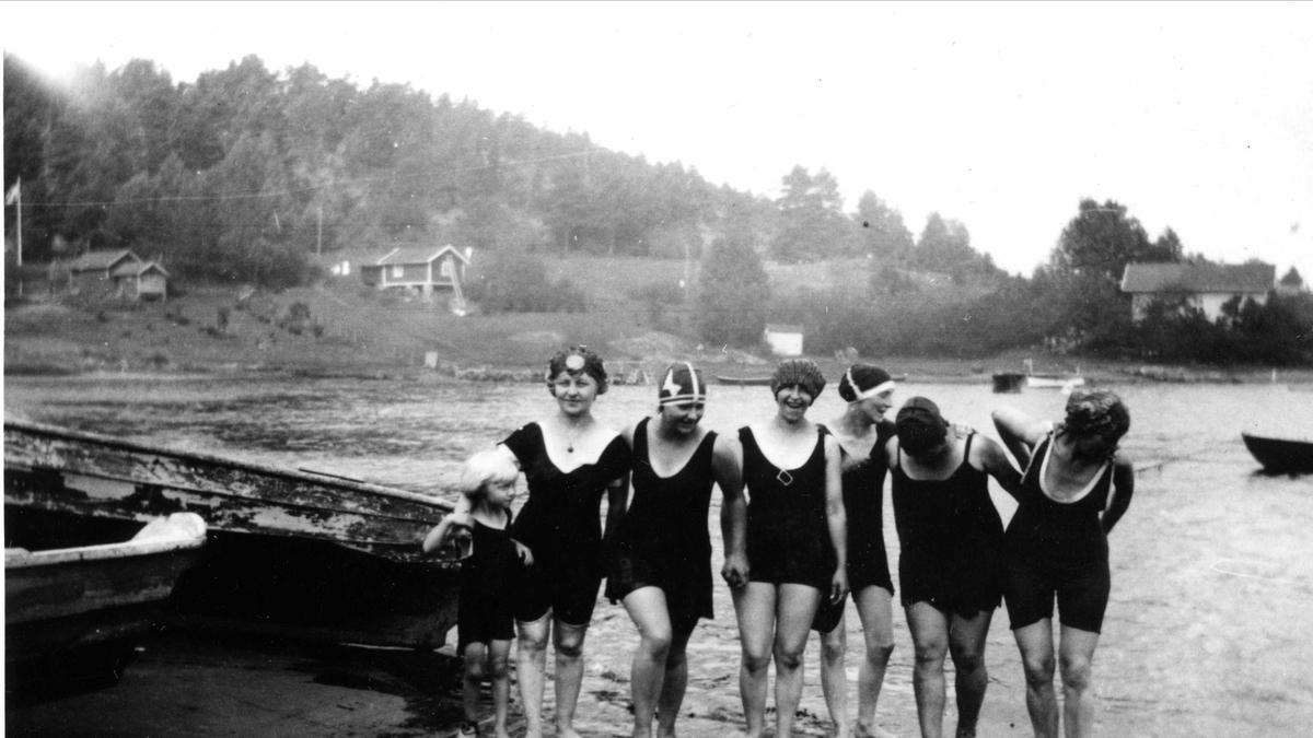 """""""Badeengler"""" på Oslo Godtemplarungdomslags feriehjem Kirkevik, Nesodden, 1927"""
