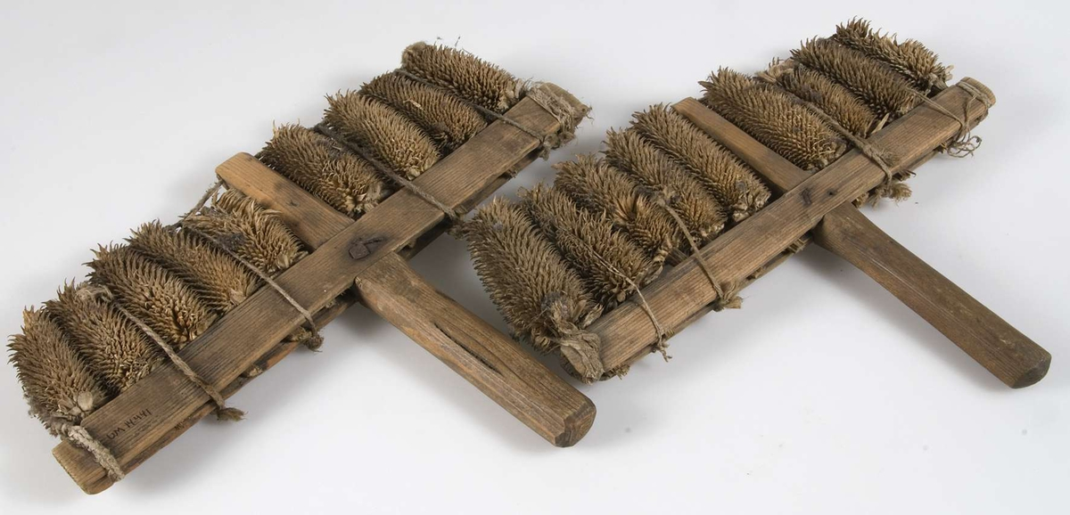 Ett par kardor av fröställningar och trä spikade och hopbundna med snöre.