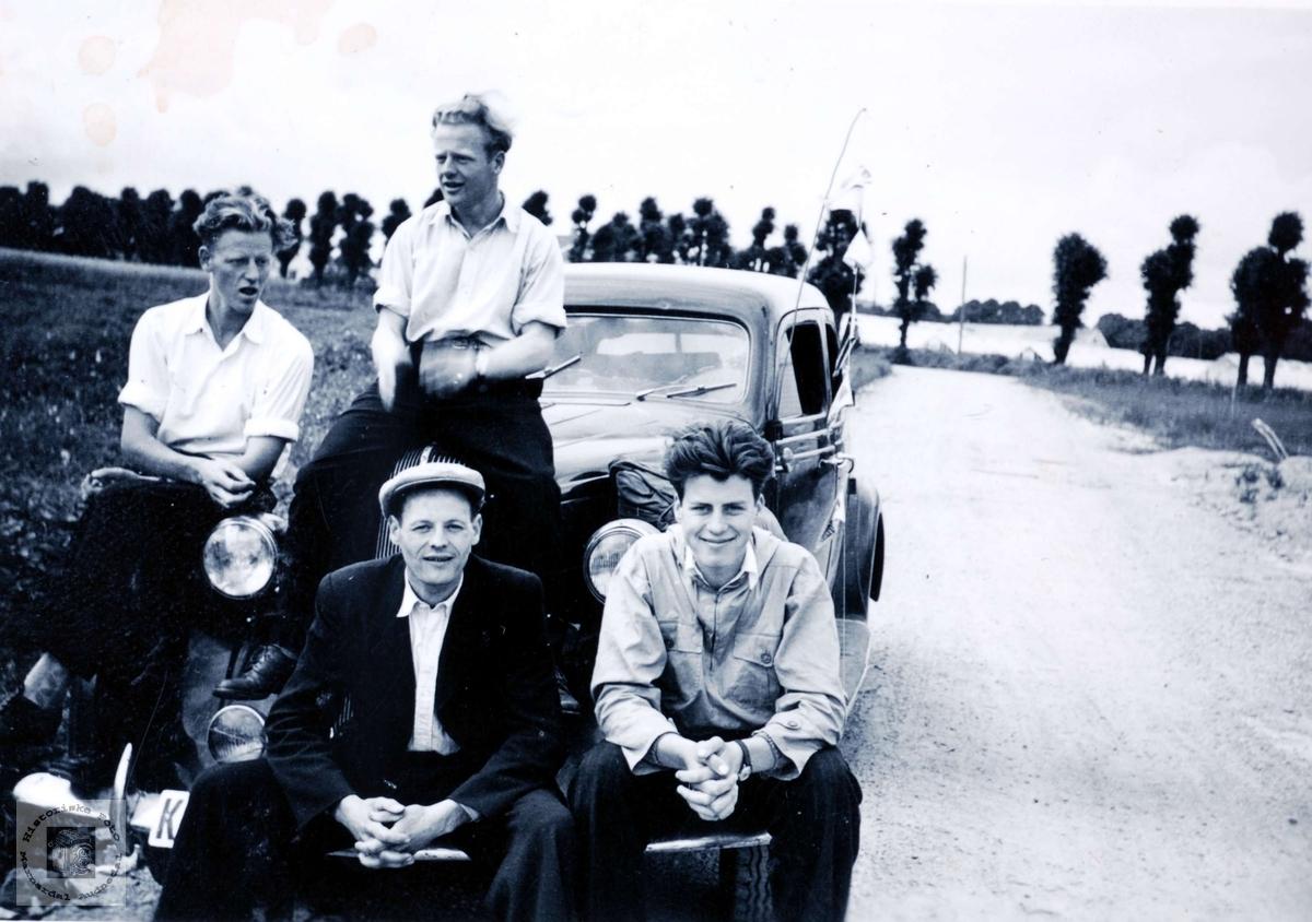 Bilen klargjort til ferietur. Ungdommer Bransdal, Flottorp og Haaland i Grindheim.