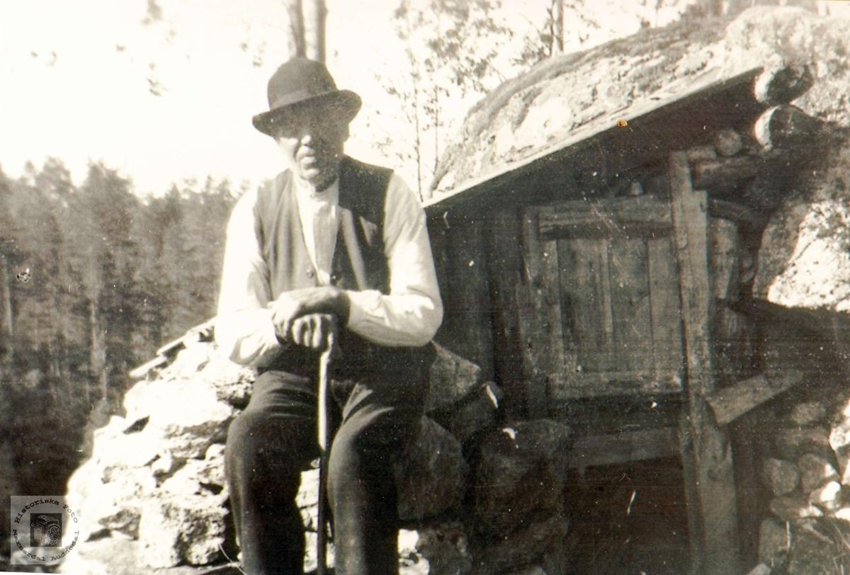Lars Butveit utenfor revebåsen på Lian, Butveit i Grindheim.