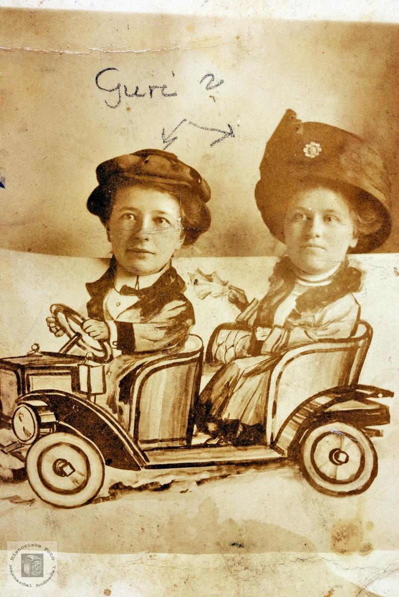 Damer i liten bil. Tilknytning til Grindheim Audnedal.