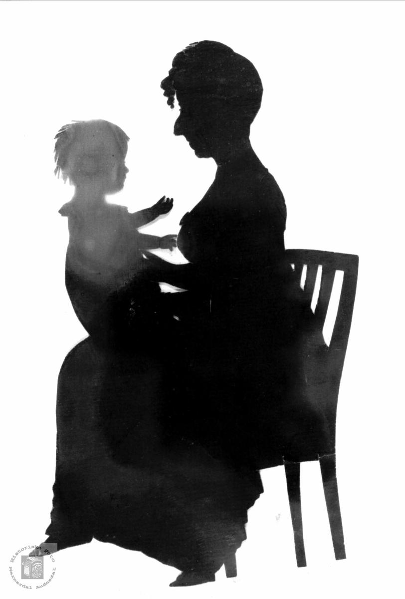 Mor og barn silhuett.