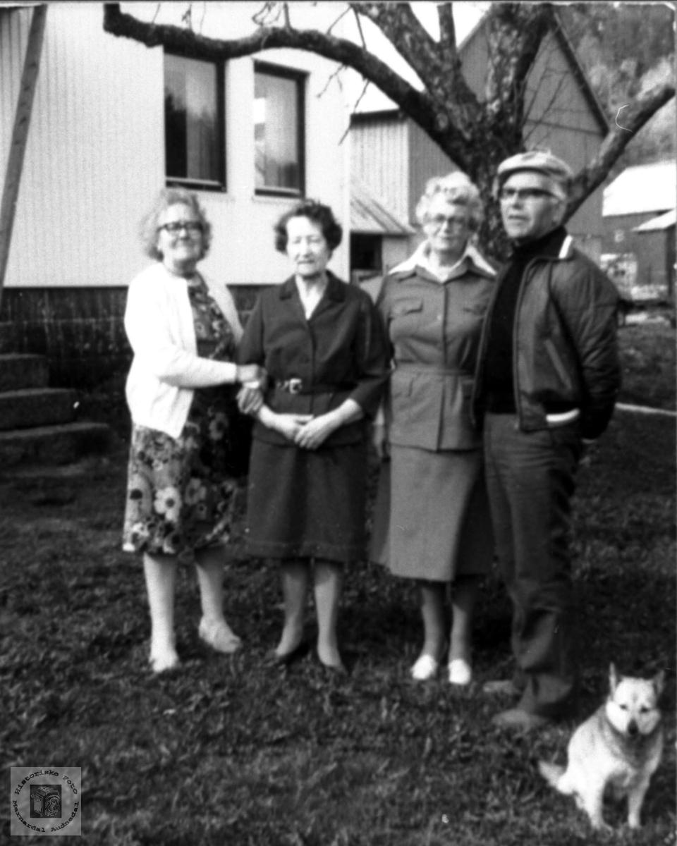 Portrett av Maria Røynesdal som besøker søskenbarn i Grindheim.