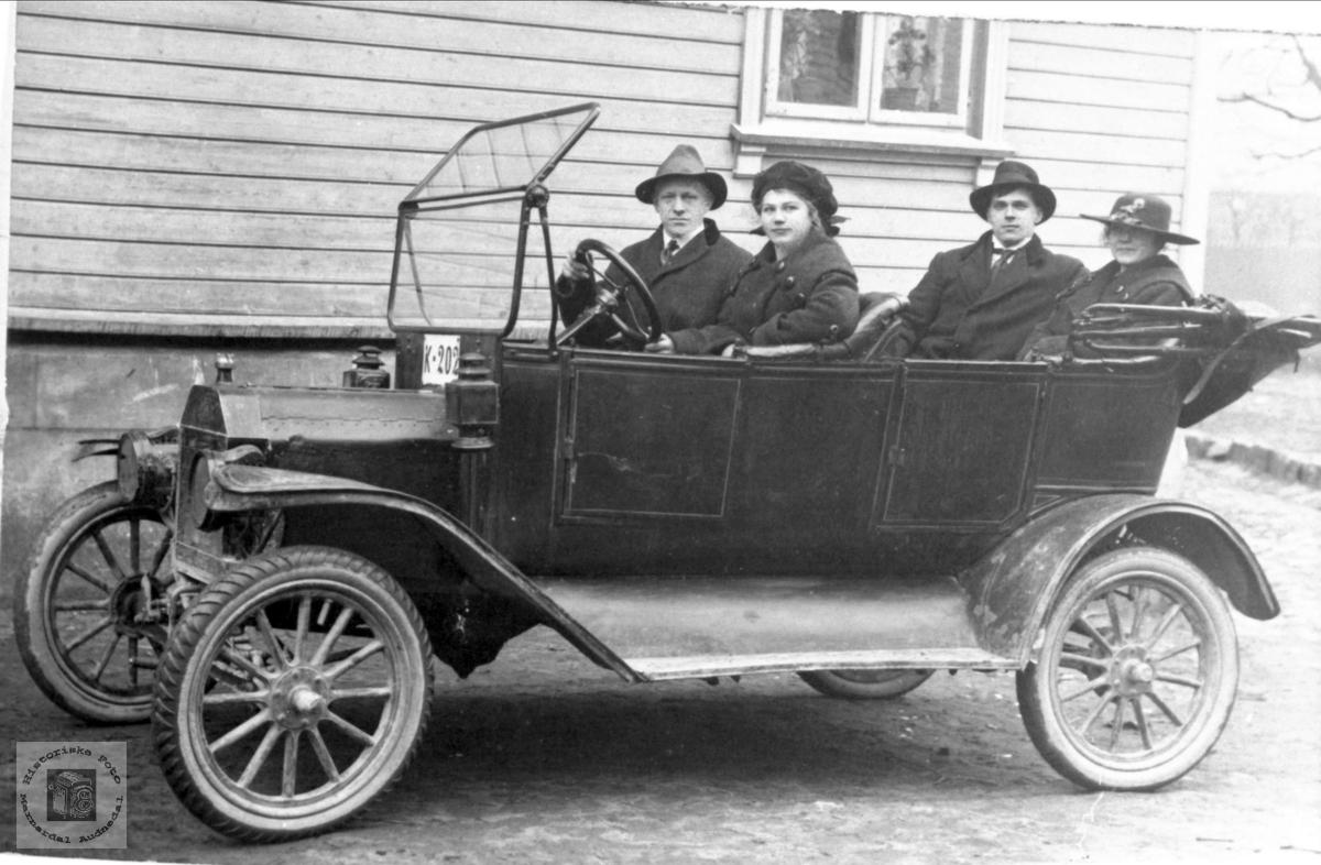 På tur i en gammel Ford T modell eller i daglegtale Trøford . Jens A Hiorth Bugge hadde en bil på dette reg. nummeret. Kan det være hans? Bilen er en Ford T 1912.