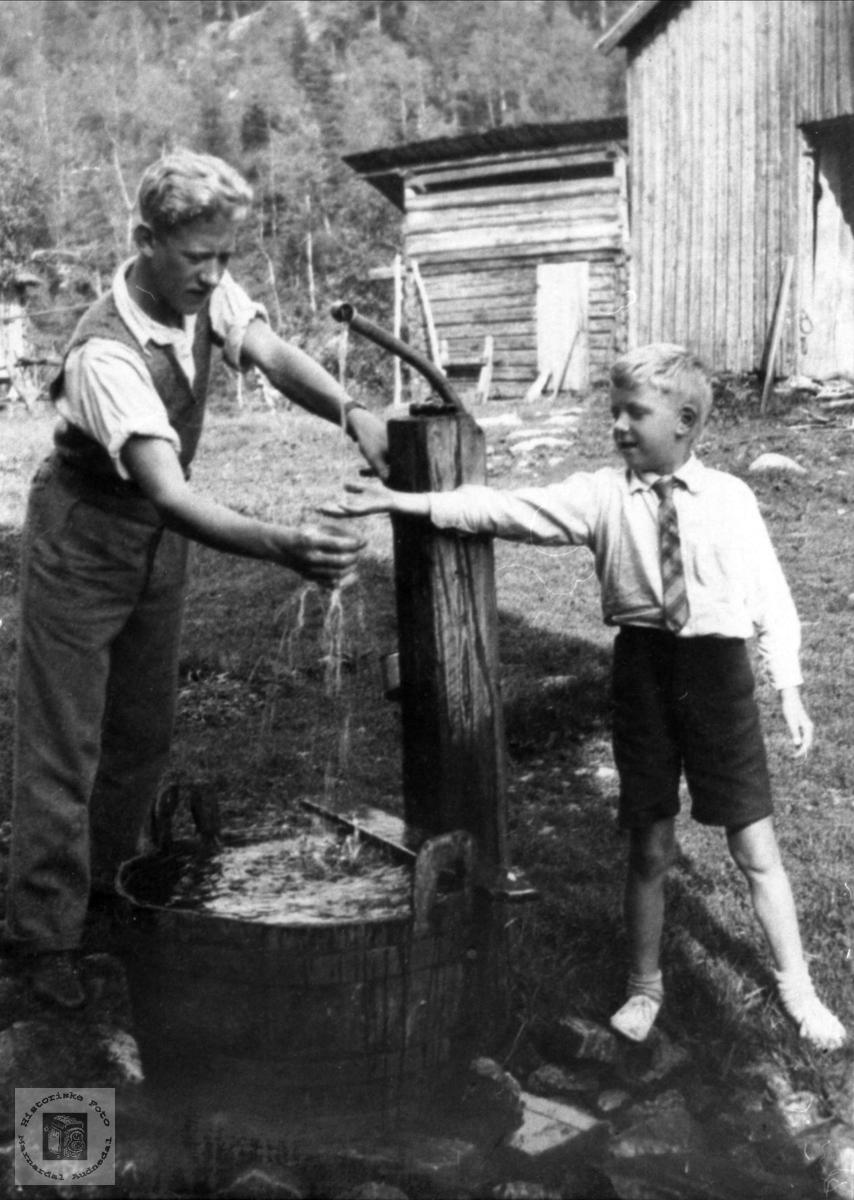 Guttene ved vannposten ukjent sted muligens i Bjelland.