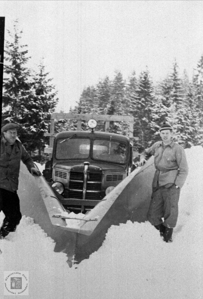 Gudmund og Olav S. Foss med brøytebil, Bjelland. Iflg. Ivar E. Stav, en Bedford årsmodell 1946-53.