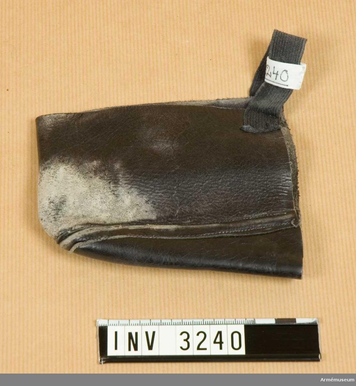 Verkar vara en avskuren sko. Av narvat läder. Avskuren vid vristen. Ett påsytt resårband för att hålla fast skyddet.