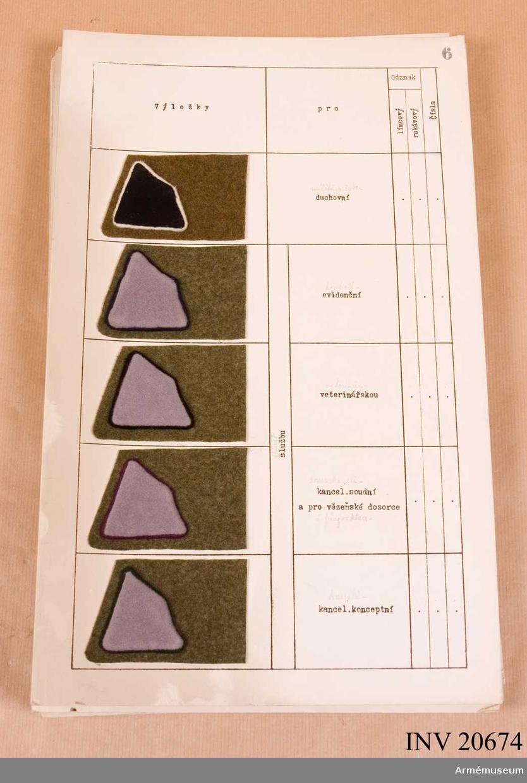 Grupp C I Metallbrickor. Sexton ark med uppklistrade prover på distinktionstecken.  Samhörande nr är: AM.20674-5
