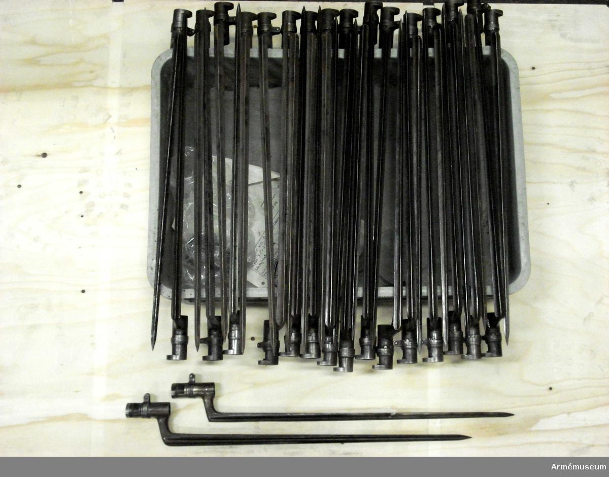 Grupp E II f.  Samhörande gåva: 297 gevär med bajonett, 41000-41593. Samhörande nr 41046-7, gevär, bajonett.