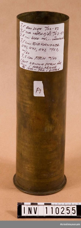 """Påskrift på etiketter: """"7,5 cm kan m/02-33 7,5 cm värnpjäs m/02-51 7,5 cm kan m/41 värntorn 7,5 cm tubkanoner 1141, 1142, 1143 m/53, m/60 7,5 cm ptrh m/00 Just denna ptrh är tillverkad i Karlsruhe 1900, jmfr i botten""""."""